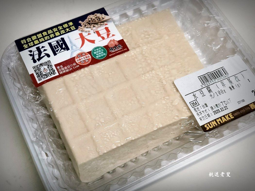 超市買的板豆腐,直接放入冰箱冷凍,次日就能變成凍豆腐了,製作非常便利。