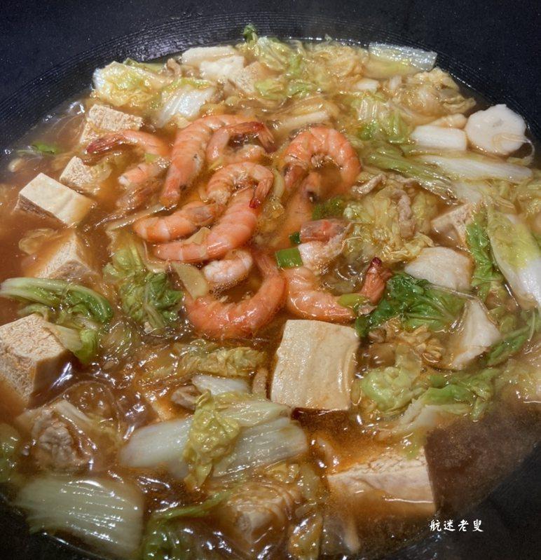 十分鐘後開鍋,加入一醬油鹽調味,然後關火,美味即成,熱乎乎端上桌,聞著味都口水直流! 做這道菜不需要加入過多的調料,吃得就是它的原汁原味,吃起來卻是鮮得不得了!現在正是吃大白菜的季節,天冷,多用它和大蝦燉著吃,對腸胃特別好,特香,家裡有白菜,不妨這樣做一鍋嘗嘗吧!