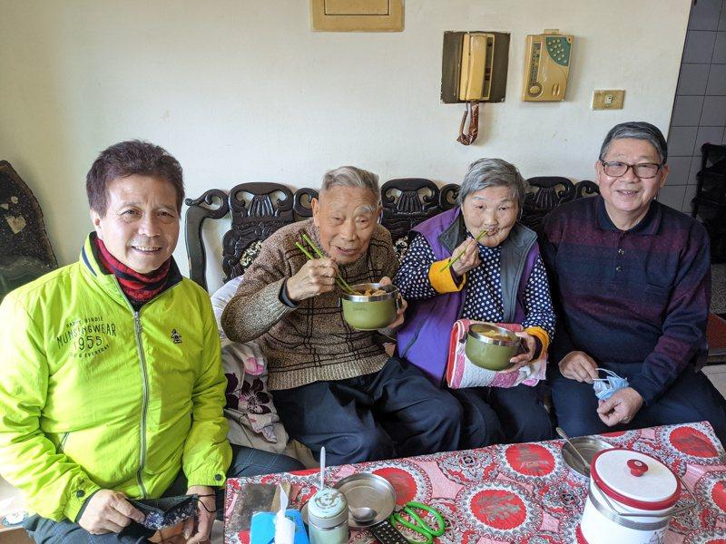 汐止厚德里老人共餐已經邁入第八年,派出了志工固定為他們把午餐送到家,也讓老伯伯感謝又感激。 圖/觀天下有線電視提供