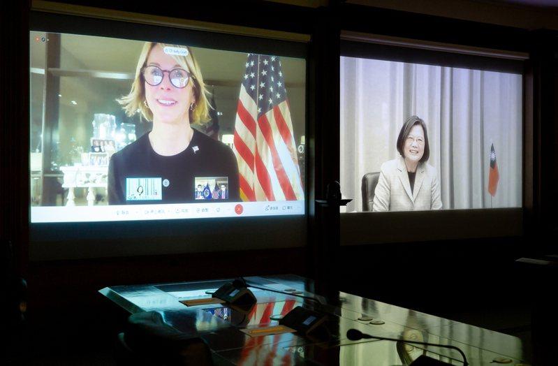 美國駐聯合國大使克拉夫特(左)臨時取消訪台行程,蔡英文總統(右)昨天在總統府舉行視訊談話。圖/總統府提供