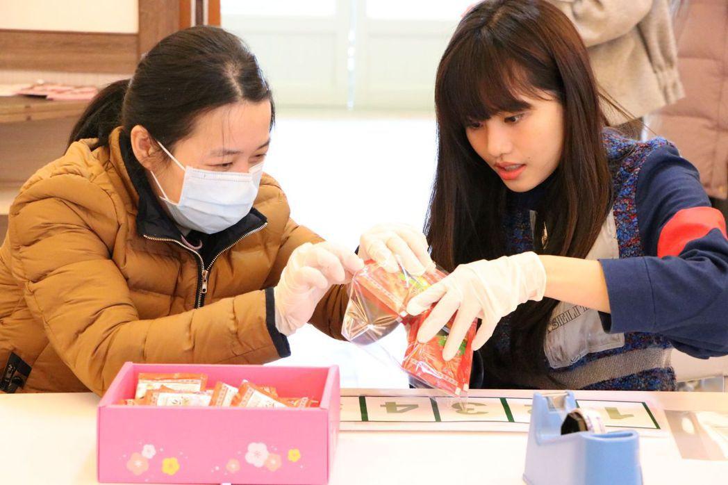 吳汶芳(右)化身一日公益天使。圖/真善美社會福利基金會提供
