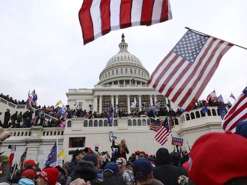 大批川粉6日在國會認證總統當選人拜登勝選時,在國會大廈外示威抗議。美聯社