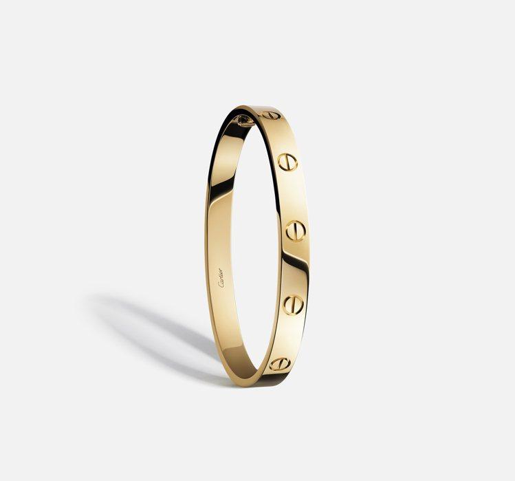 Love手環橢圓形線條極致簡潔,黃K金款19萬3,000元。.圖/卡地亞提供