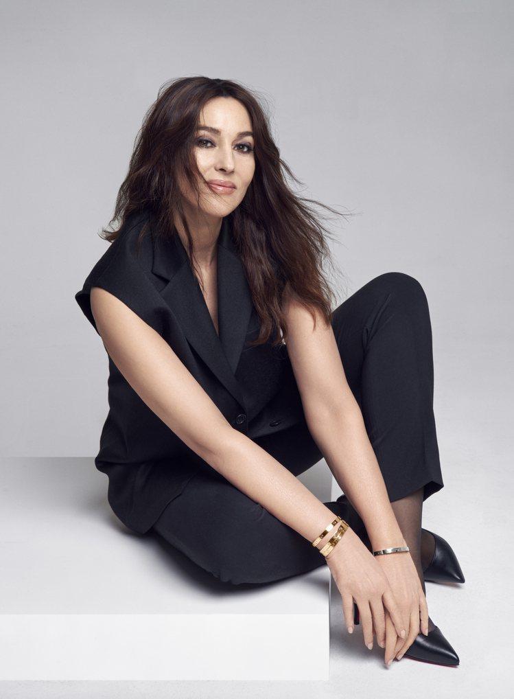 Monica Bellucci配戴Love系列手環。圖/卡地亞提供