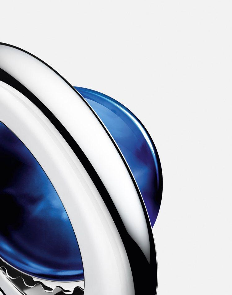 Ballon Bleu腕表的藍色氣球和表冠護蓋,與設於3時位置的金屬圈相連,以確...