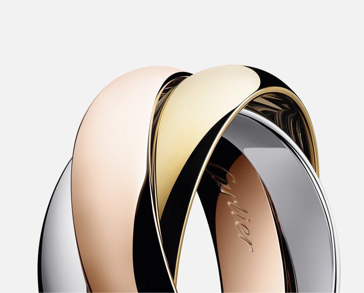 Trinity戒指環圈線條簡潔且比例和諧,由三枚以三色金製作的靈動環圈繾綣交織而...