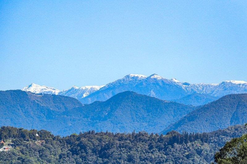 日月潭天氣晴朗時,竟可遠眺合歡山、奇萊連峰的高山雪線,遊客看山看水好不美麗。圖/讀者提供
