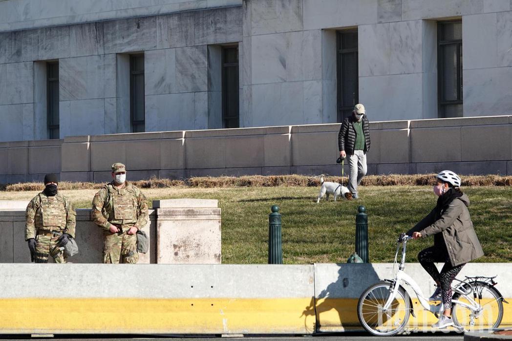 國民兵進駐華府戒備,民眾仍可遛狗、運動。華盛頓記者張文馨/攝影