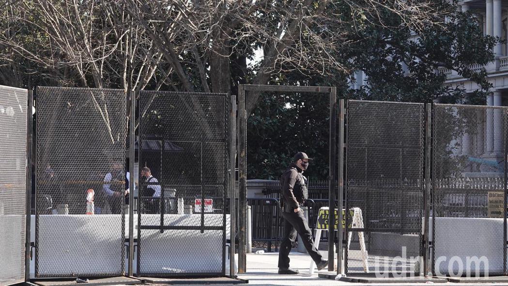 警方駐守17街上的白宮訪客入口。華盛頓記者張文馨/攝影