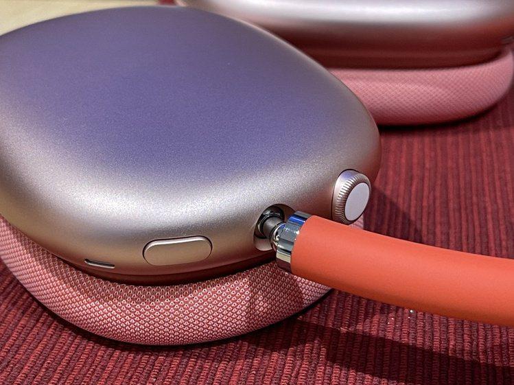 耳罩頂端的數位旋鈕可讓你精準控制音量、跳播曲目、接聽來電,以及啟動Siri,按鍵...