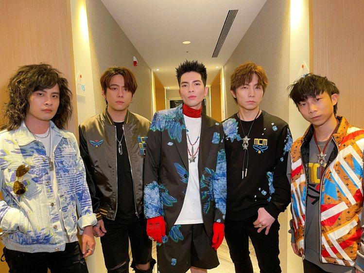 蕭敬騰與獅子樂團的服裝穿搭來自MCM的2021春夏「科幻花園」系列。圖/MCM提...