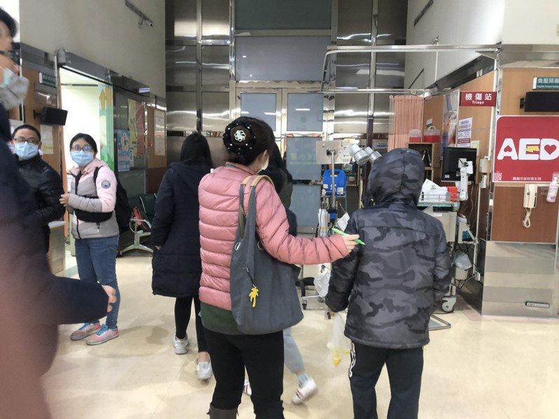 新北市新店區某國小辦畢業旅行,昨晚多名學生食物中毒來醫院檢查。圖/報系資料照片
