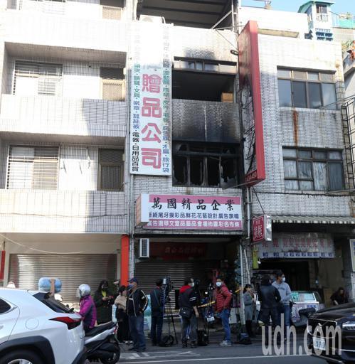 高雄鳳山區五甲一路上一棟5層樓透天民宅,今凌晨4點多時傳出火警造成三死一傷。記者劉學聖/攝影