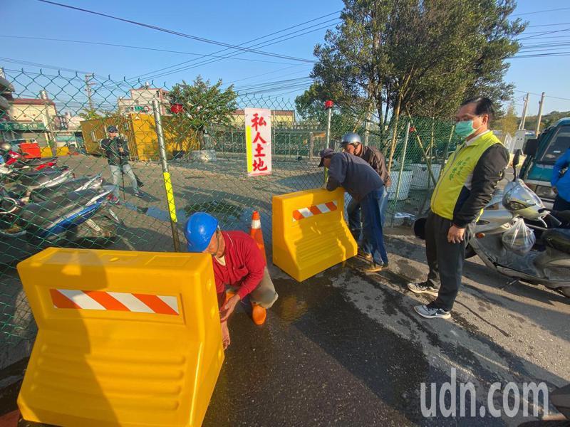 彰化市大埔路與英土路口既成巷道被封閉,彰化市公所展現公權力,今天上午動用工人強制拆除圍籬 。記者劉明岩/攝影
