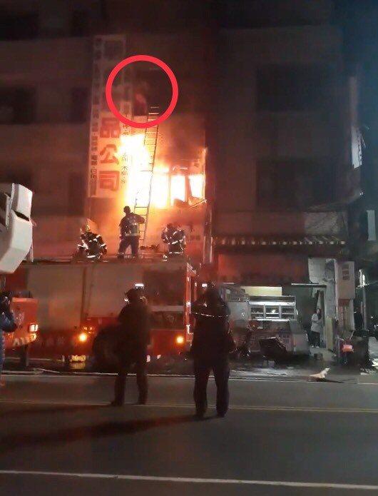 警消到場時,2樓冒出大量火煙,武姓母親站在3樓外牆抱著女嬰不斷喊「救命」,消防員...