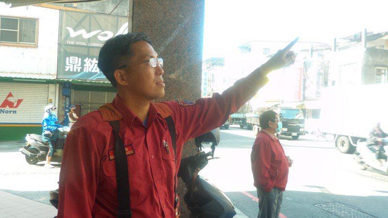 高雄市消防第三大隊副大隊長吳佩城指著火場,說雙節梯不是讓待救的人爬的。記者林保光/攝影