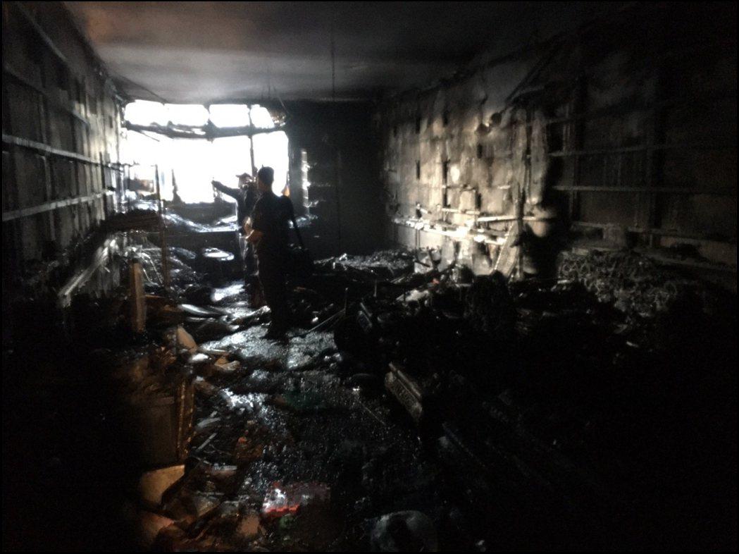 高雄鳳山區凌晨一起火警,釀3死1傷。記者邱奕能/翻攝