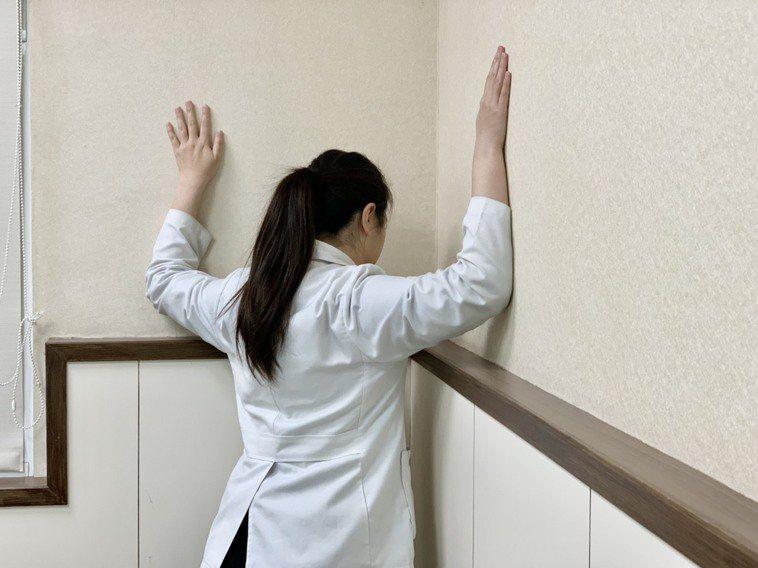 第二招【擴胸運動】:站立姿,雙手放頭後方,挺胸、雙手往後牽拉,每下維持15秒,做...