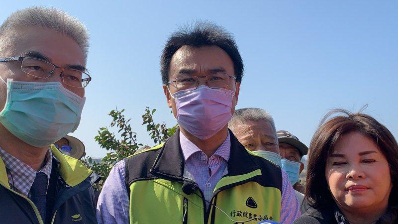 農委會主委陳吉仲今天到台南將軍勘查寒害災情,針對台灣豬標章之亂說明。記者吳淑玲/攝影