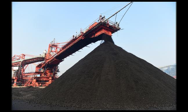 大陸上個月煤炭進口量暴增。圖為位於河北滄州的黃驊港,上個月22日電煤貨場轉運景象...