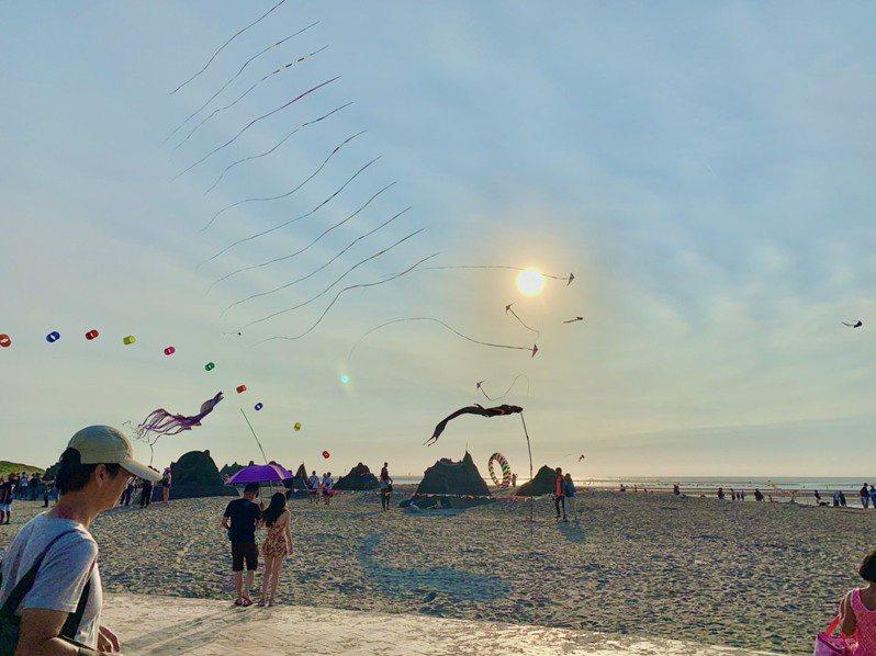 台中大安濱海樂園擁有獨特的沙灘風景,每年夏季舉辦沙雕音樂季,還可戲水、衝浪、風箏衝浪等活動。圖/台中市府觀旅局提供
