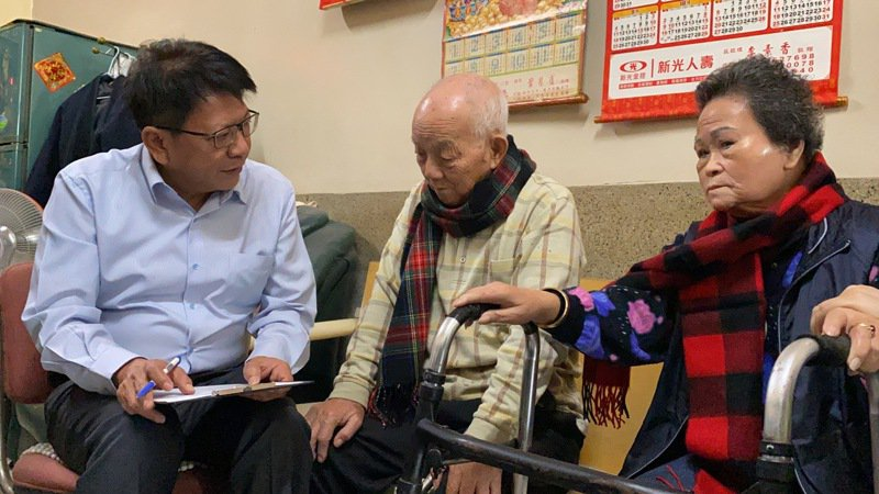 屏東縣長潘孟安(左一)化身關懷訪視員,透過問卷與長輩們分享屏東縣府提供相關長者照護資源。記者劉星君/攝影