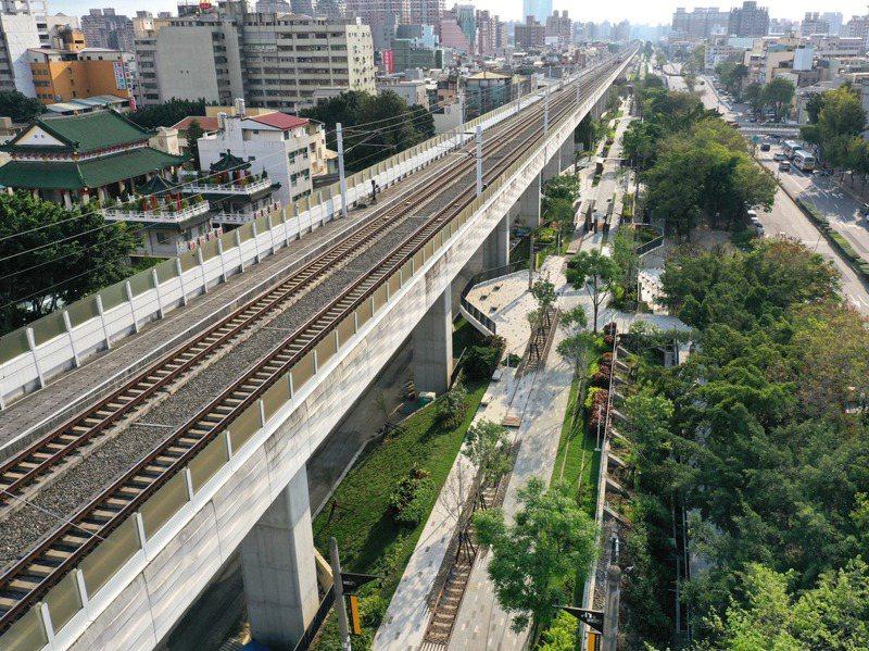 綠空鐵道把舊有的交通設施,轉化成立體綠化的空間,種在鐵道土堤上的每棵樹,隨著時間生長,最後樹根可以通到地底去。圖/上典景觀公司提供