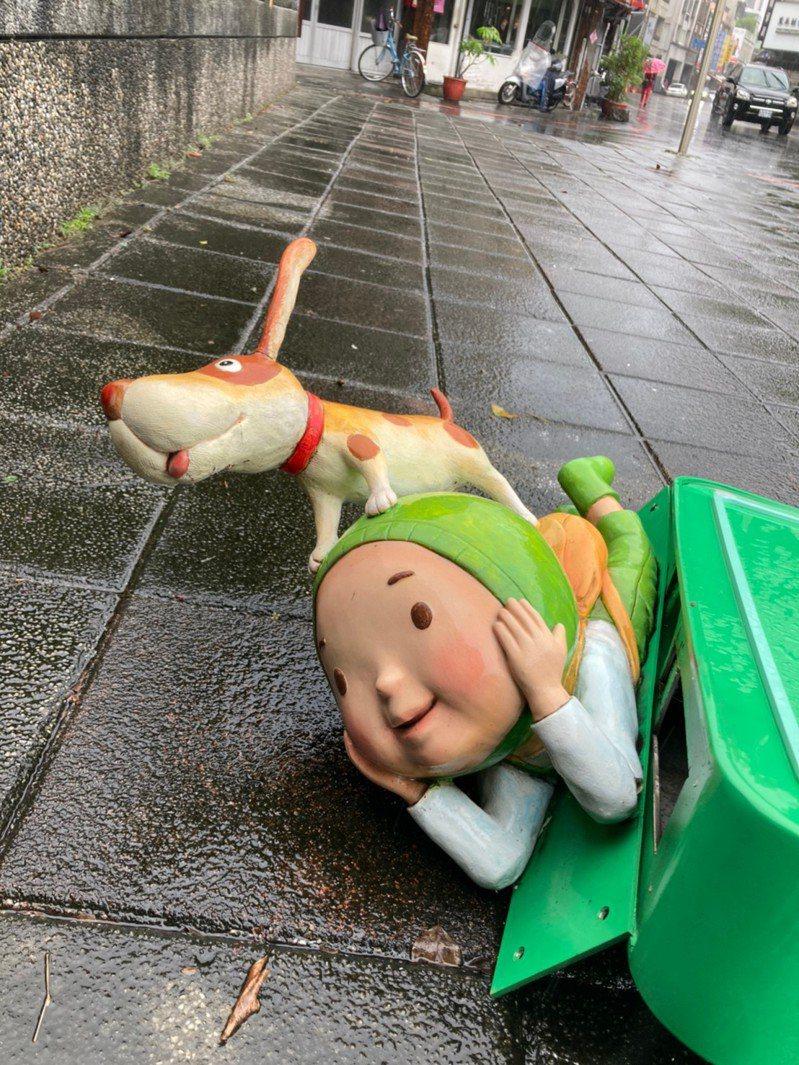 楊士芳紀念林園的公車站牌,遭攔腰撞斷,倒放在馬路旁。圖/宜蘭市公所提供