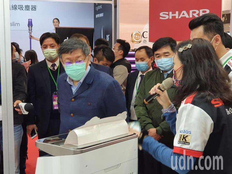 台北市長柯文哲下午參觀台北電器空調影音3C年終購物大展。記者楊正海/攝影