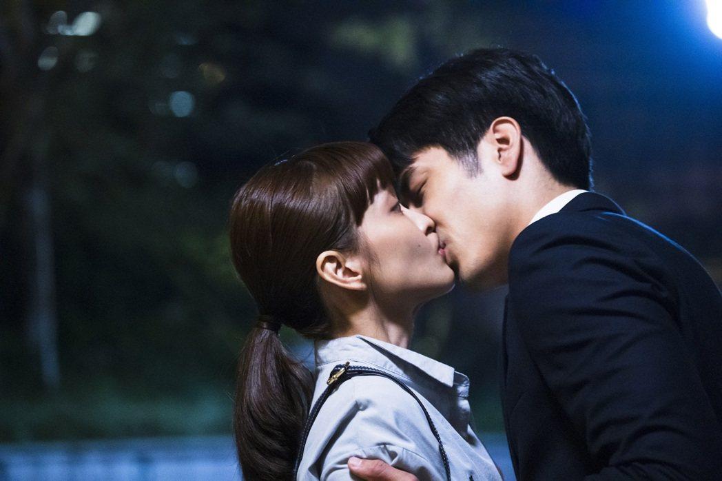 胡宇威(右)和葉星辰一天之內拍完全劇的吻戲 。圖/東森戲劇台提供