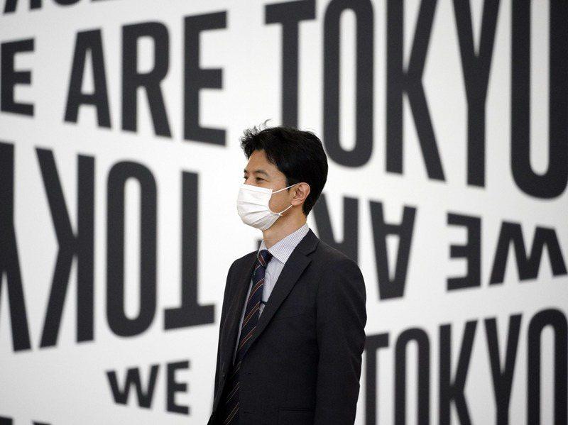 日本第三波疫情有重症化趨勢。圖為在羽田機場戴口罩準備搭機的男子。歐新社