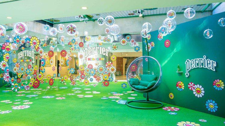 「泡泡花海繽紛藝廊」以藝術品展演呈現限量瓶瓶身與微笑花花。圖/沛綠雅提供