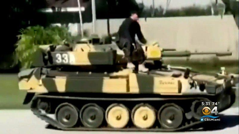 美國佛州棕櫚灣村一位居民光天化日之下開戰車上街兜風,讓鄰居們議論紛紛。有人就認為當下時機敏感,把戰車開上街只會讓人擔心害怕。畫面翻攝:YouTube/CBS Miami