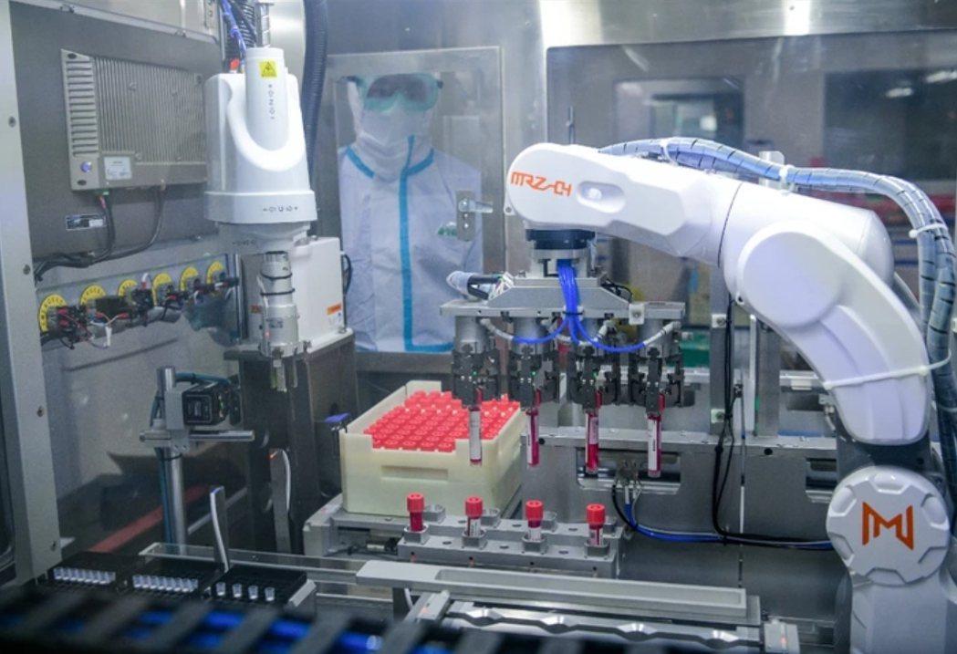 天津驚傳三款雪糕驗出新冠病毒,圖為天津一家醫學檢驗所的人員正在對核酸採樣進行檢測...
