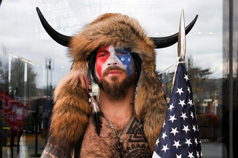 亞利桑那州卅三歲男子錢斯利六日在臉上塗鴉,並穿戴牛角和毛帽等奇裝異服闖入國會大廈。(路透)