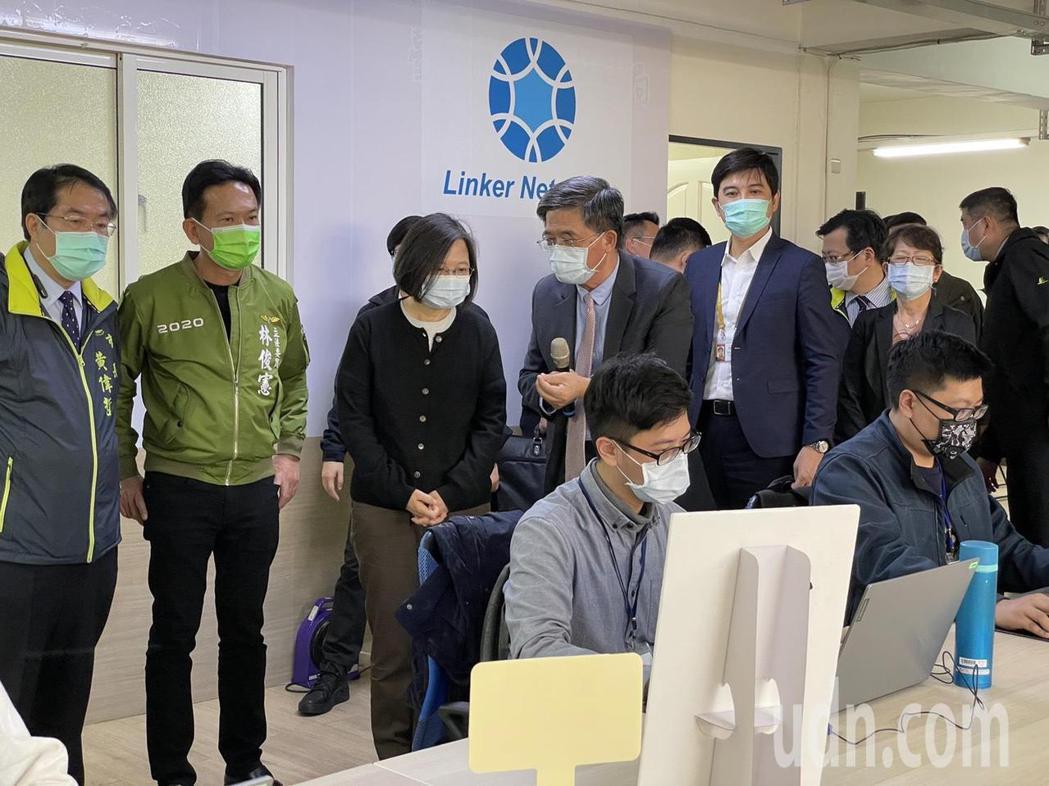 蔡英文總統今天下午到台南市中西區友愛市場樓上,參訪美商寶蘊凌科網路科技有限公司。...