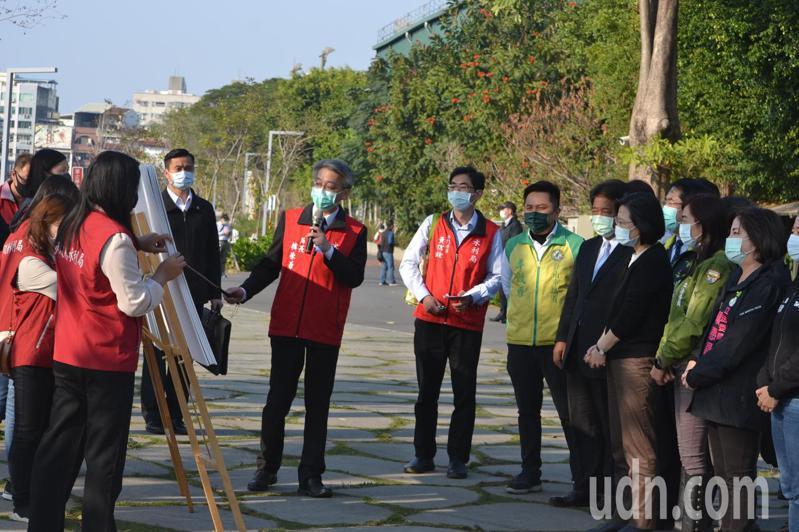 總統蔡英文今天到台南市竹溪水岸園區,聽取市府水利局的簡報。記者鄭惠仁/攝影