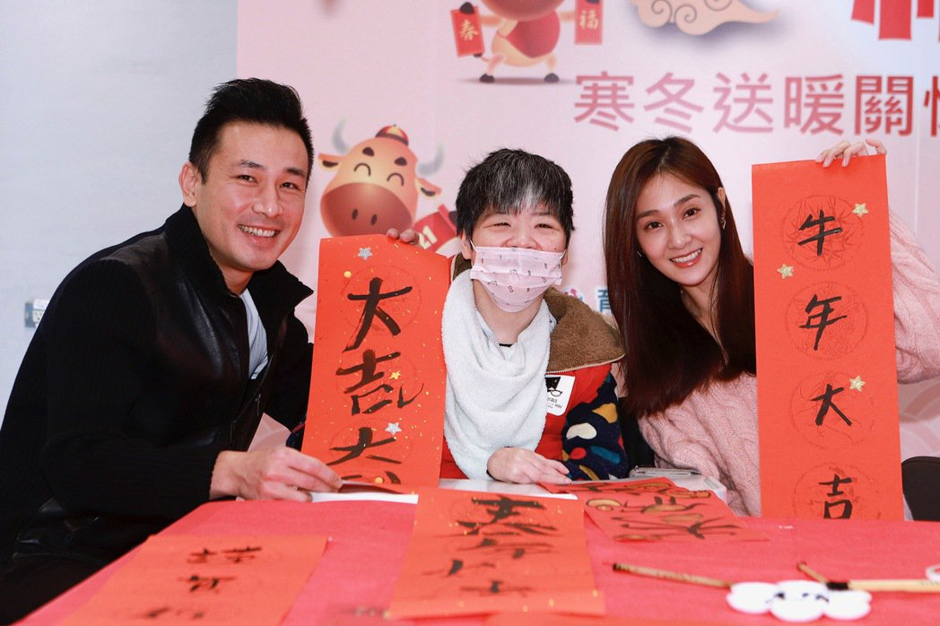 傅子純(左)、邱子芯陪憨兒寫春聯。圖/民視提供