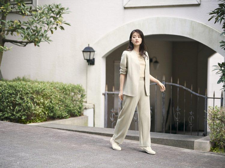 女星今田美櫻示範UNIQLO早春系列彈性雙面織紋外套1,290元。圖/UNIQL...
