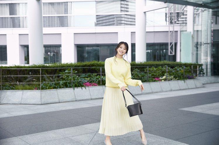 女星今田美櫻示範雪紡細褶長裙990元。圖/UNIQLO提供