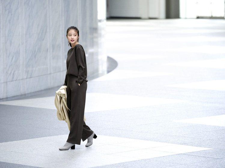 女星今田美櫻示範UNIQLO彈性雙面織紋上衣790元。圖/UNIQLO提供
