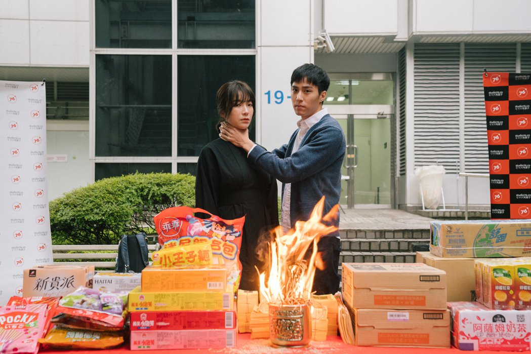 蔡淑臻(左)、余晉出席「我是自願讓他殺了我」,劇中演員們都有段相愛相殺複雜關係。