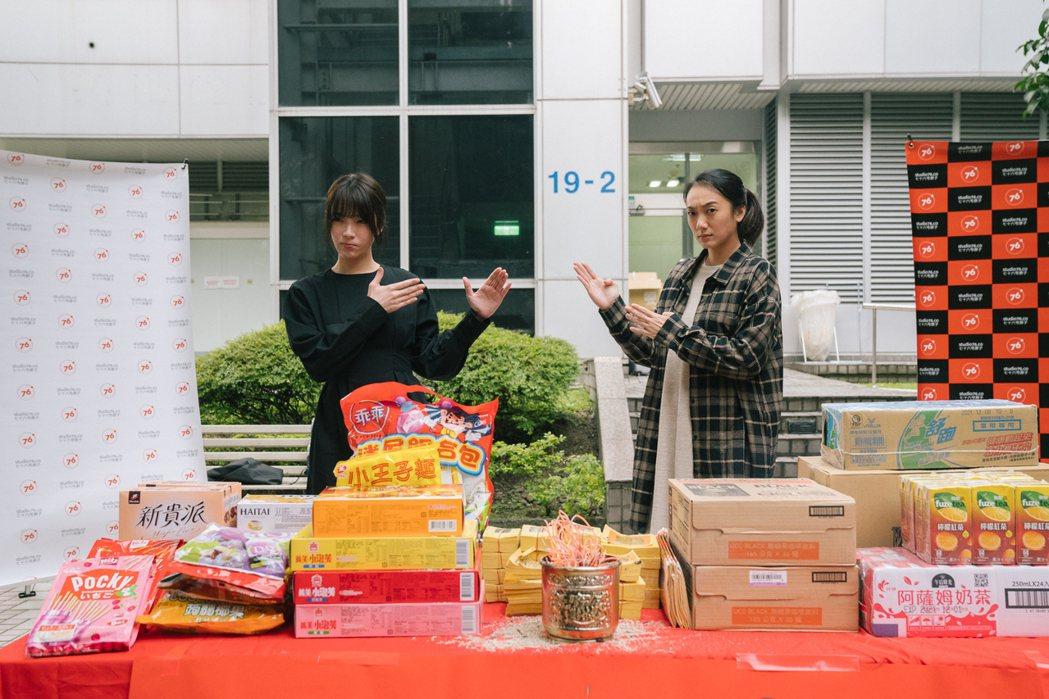 蔡淑臻(左)、趙逸嵐出席新戲「我是自願讓他殺了我」開鏡,2人表演一段激烈對手戲。...