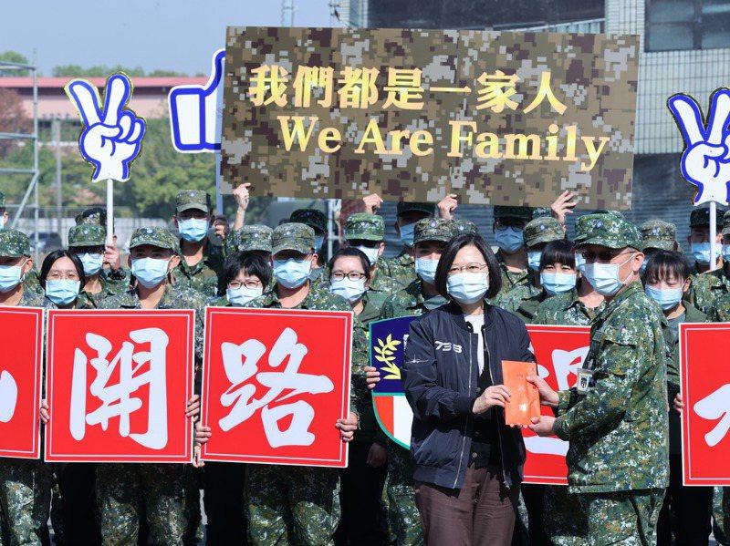 蔡英文總統(前排右二)昨天視察陸軍第八軍團54工兵群災害救援操演,並頒發加菜金。記者葉信菉/攝影