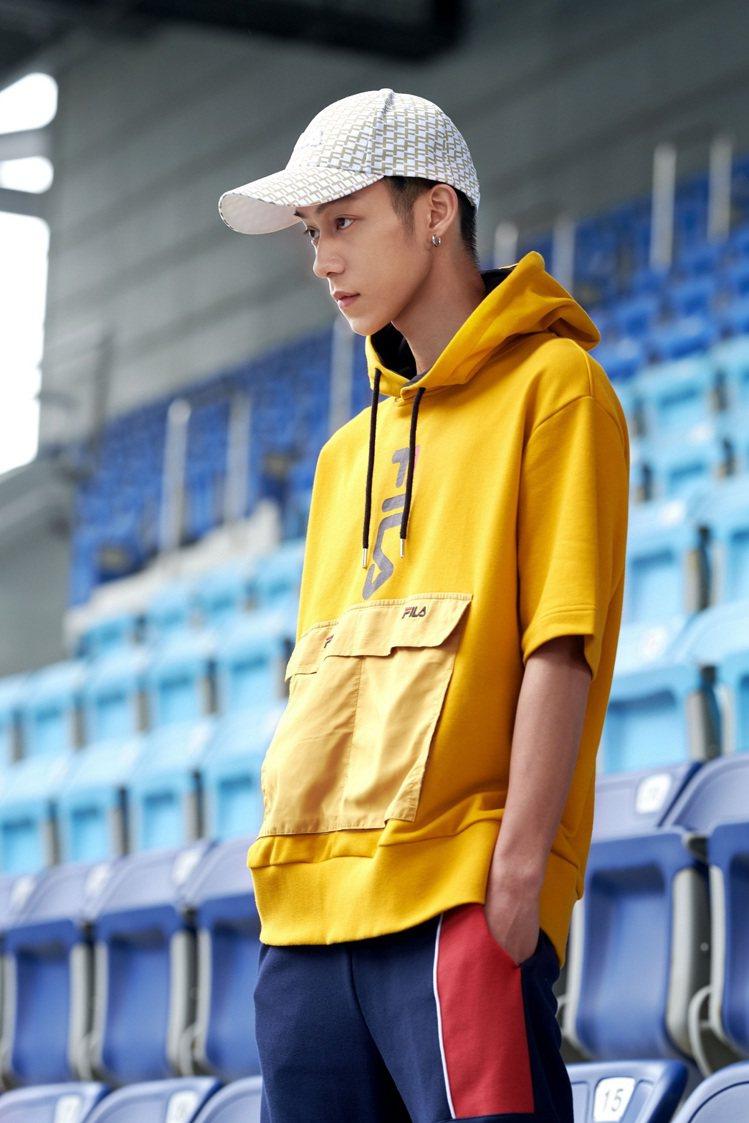 FILA短袖版本的衝鋒衣,利用連帽跳色點綴與經典Logo饒富趣味。圖/FILA提...
