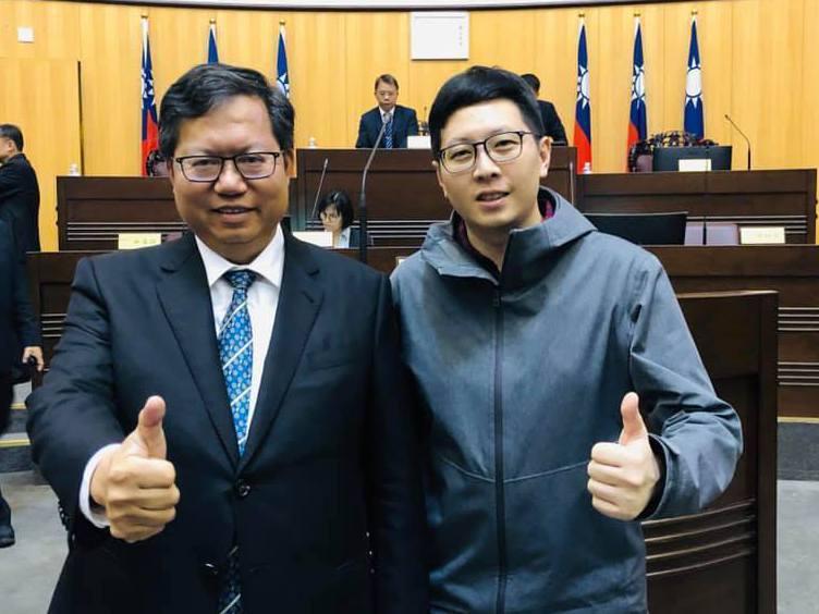 桃園市議員王浩宇(右)因大力擁護桃園市政,被認為是側翼,他臉書曾貼出與桃園市長鄭文燦(左)合影。圖/取自王浩宇臉書