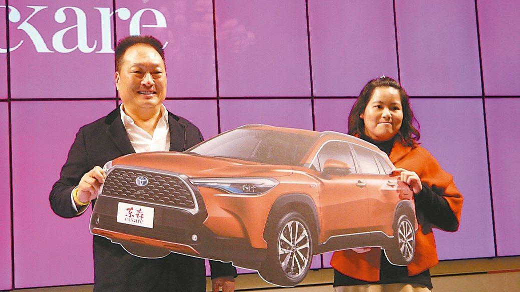 東森購物董事長王令麟(左)頒發休旅車大獎給高雄的幸運得主李小姐。東森購物/提供
