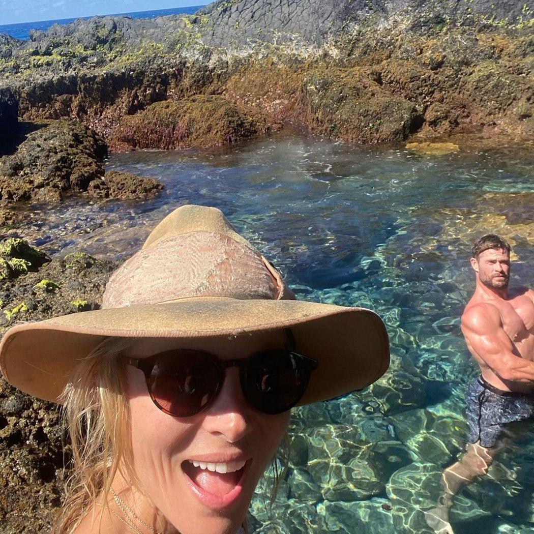 艾莎巴塔奇(左)發布海邊度假照,網友注意的卻是她另一半克里斯漢斯沃(右)。圖/摘