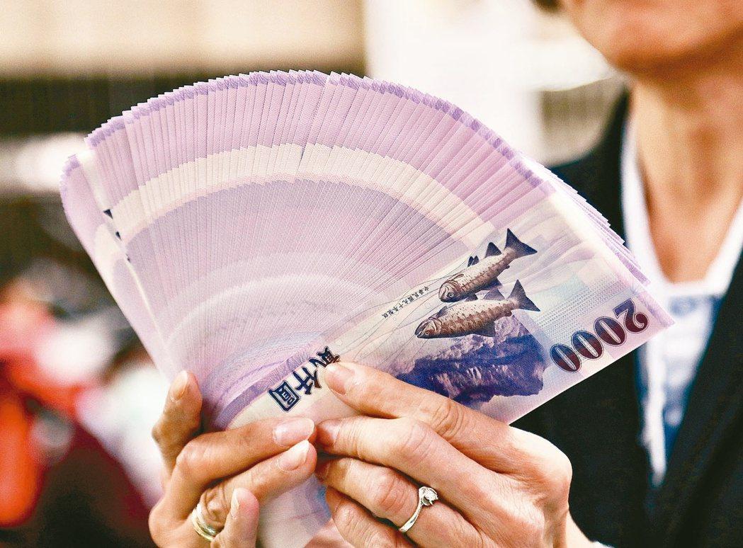 法人表示,如果年終獎金扣除必要支出之後的資金夠多,可以依投資人自己的投資屬性,來...