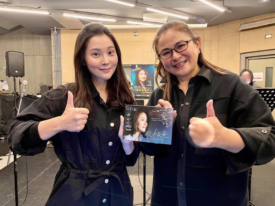 華千涵(左)將於裘海正演唱會唱「年輕的心」。圖/萬鴻經紀提供